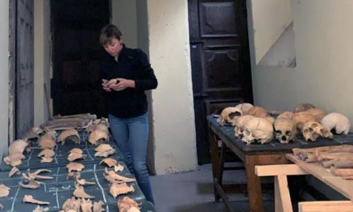 Marta Licata, dell'Università dell'Insubria, nella cripta d di Santa Maria Maggiore
