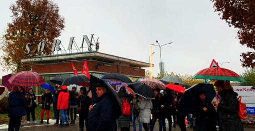 """LivaNova di Saluggia tra rabbia e sconforto: """"Nessun rispetto per i lavoratori vercellesi"""""""