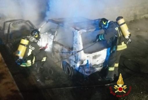 Auto distrutta dalle fiamme - FOTO