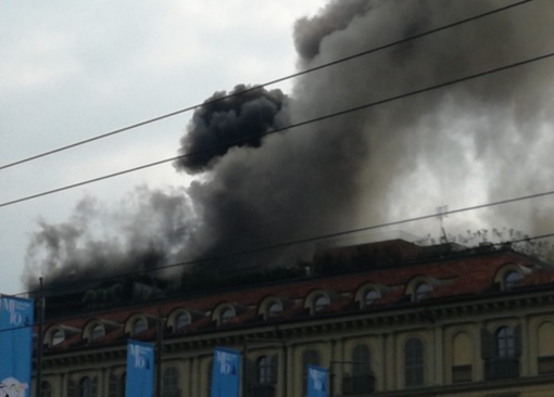 Grosso incendio in piazza Carlo Felice, nuvole di fumo altissime sulla città (FOTO e VIDEO)