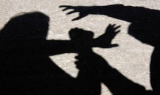 Sequestra e picchia la fidanzata e il suo presunto amante