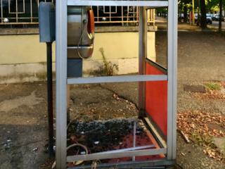 La cabina telefonica devastata a Verceli