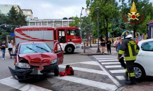 Scontro tra due vetture davanti all'ospedale: una finisce contro la serranda di un bar