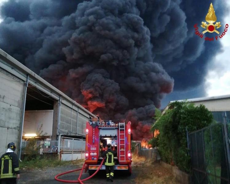 Incendio lungo la Trossi strada chiusa a Gaglianico